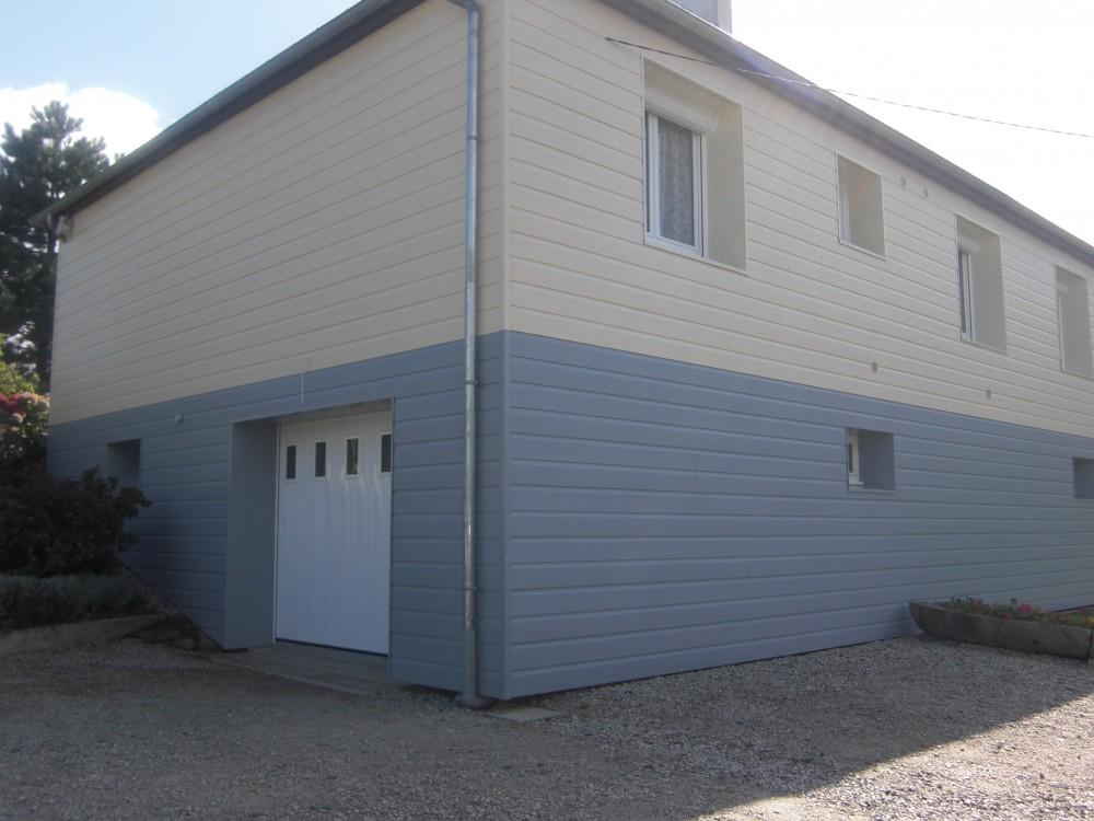 Maison avec bardage PVC blanc cassé et bleu près de Jarnac