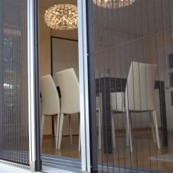 Fenêtres en ALU entre ouvertes avec vues sur la salle à manger