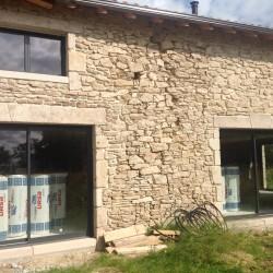 Pose de fenêtres aluminium noir par l'entreprise du bâtiment Art Renov, implanté en poitou charente (Saujon, Saintes, Rochefort, La Rochelle, Cognac, Angoulême, Blaye, Vivonne... etc)
