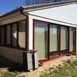 Menuiseries en ALU de couleur rouge Bordeaux dont la pose a été effectué sur le secteur de Saujon en Charente Maritime par l'entreprise Art Renov.