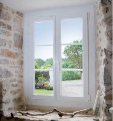 remplacement d'une fenêtre blanche en PVC sur un chantier de rénovation