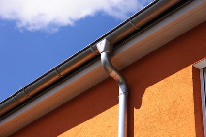 Gouttière aluminium sur une façade orange à Saint Denis d'Oléron