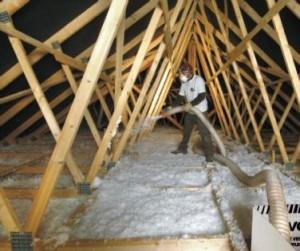 Ouvrier du bâtiment déposant la Ouate cellulose par propulsion