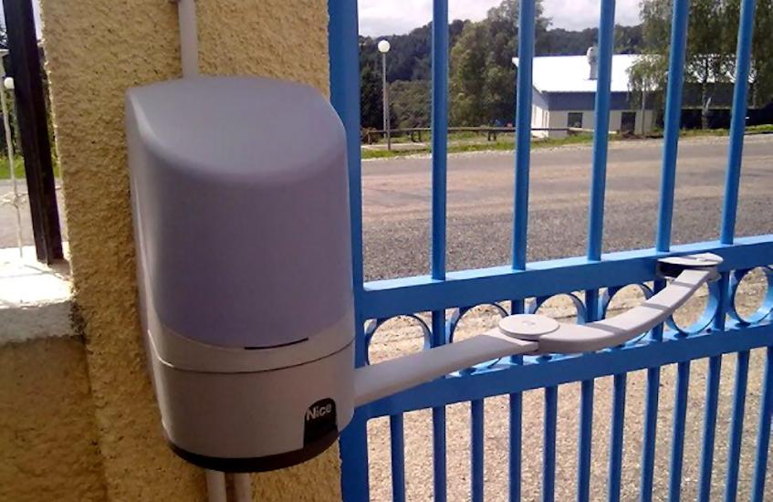 motorisation de portail pour l'ouverture et la fermeture à distance via une télécommande