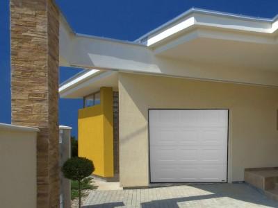porte de garage enroulable blanc d'une maison en bordure de plage  à Saint Palais sur Mer