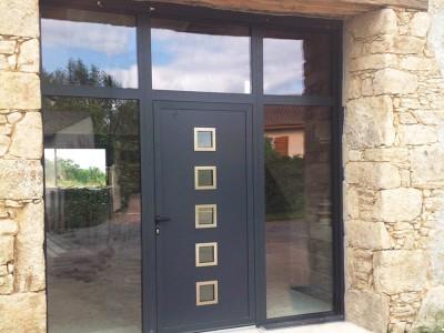 Porte d'entrée magnifique en Aluminium sur maison charentaise, proche de Saint Porchaire