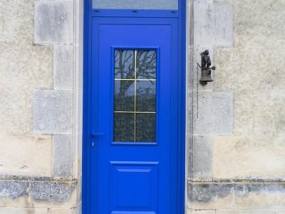 porte d'entrée en Alu de couleur bleu posé sur une ancienne maison de Châtellerault