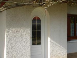 porte d'entrée en PVC blanc arrondi au sommet