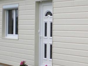 porte d'entrée de maison blanche en PVC