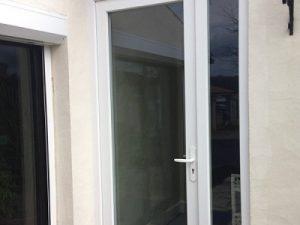 Porte d'entrée PVC laissant passé un maximum de lumière. Maison proche de Saintes