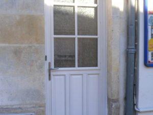 porte d'entrée en bois de couleur blanche