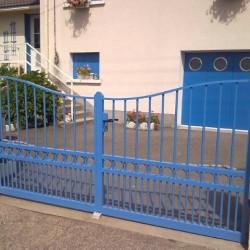 portail bleu en Aluminium avec courbe à son sommet