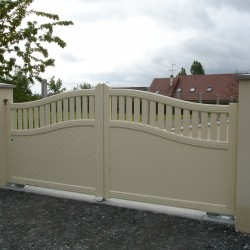 portails PVC traditionnel de couleur beige