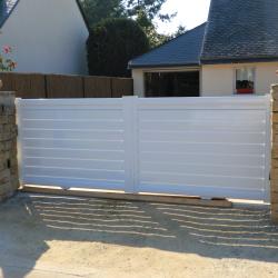portails blanc d'une maison à Médis en Charente Maritime