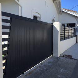 Portail coulissant noir d'une maison à Vaux sur Mer près de Royan
