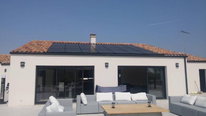 Panneau solaire sur toiture d'une maison près de Niort