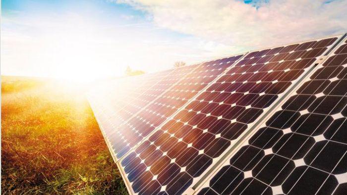 Panneaux solaires au sol avec un beau soleil d'été