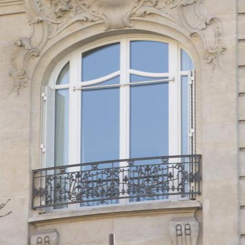 fenêtre en bois blanche sur immeuble haussmannien