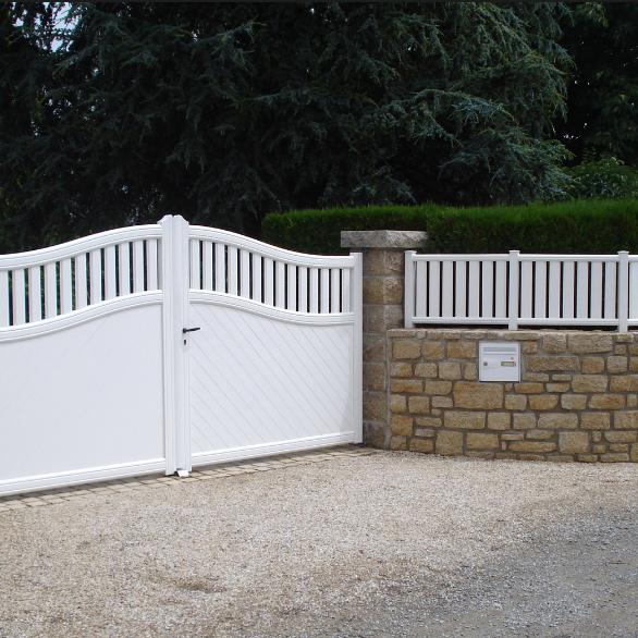 portail et sa clôture en pvc posé à Chermignac près de Saintes en Charente Maritime