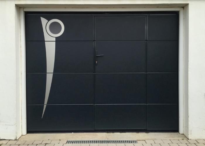 porte battante noir avec décoration
