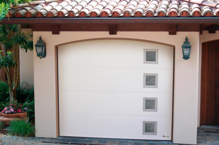 porte de garage sectionnelle classique de couleur blanche