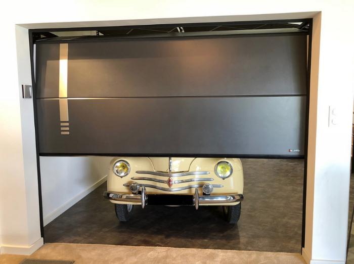 garage avec une voiture à l'intérieur