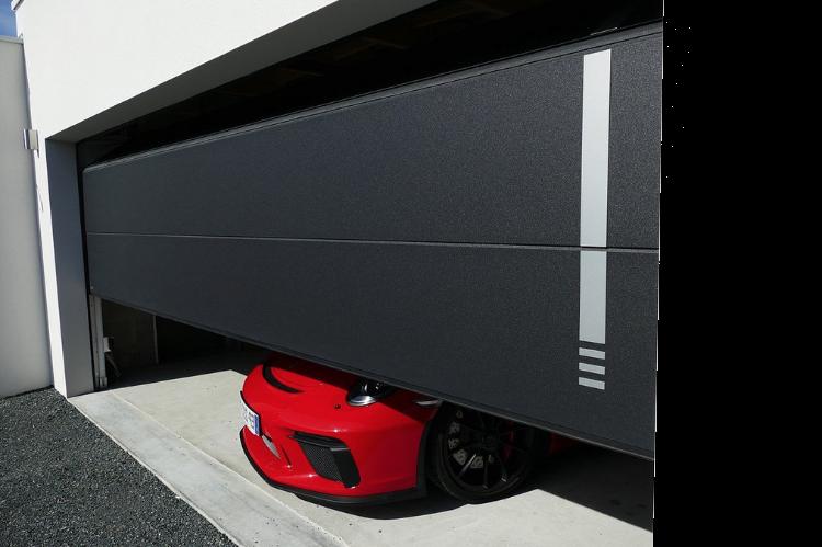 large porte sectionnelles de garage pour 2 voitures. Pose réalisée à Angoulême