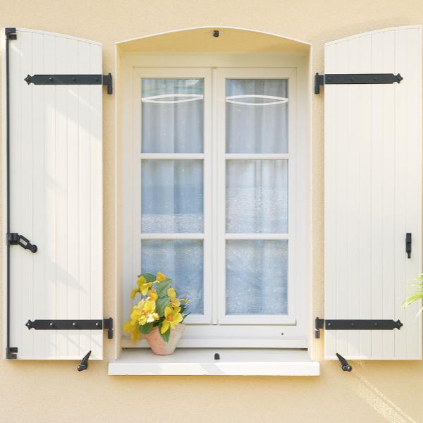 ensemble volet battant et fenêtre PVC blanc (pot de fleur en bordure de  la fenêtre)