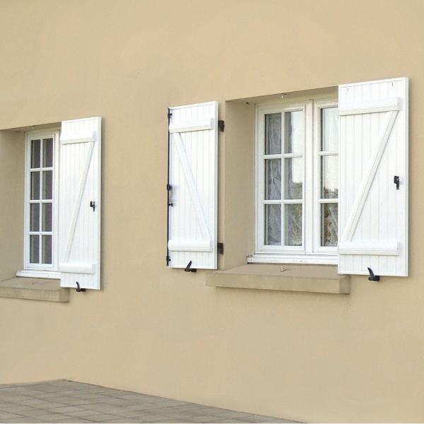 volets battants et fenêtres blanches en PVC